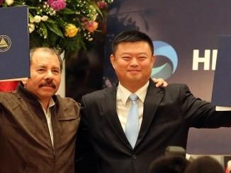 """El flamante empresario chino Wang Jing, concesionario del robo más grande en la historia de Nicaragua, el Canal Interoceánico por Nicaragua, empeoró en el primer día de trabajo del 2016 en las bolsas de Shanghái y Shenzhen. El precio de cada acción de Beijing Xinwei Telecom Tech Group Co Ltd se desplomó a 24.45 yuanes ($3.74 dólares) tras perder -2.30 (-8.60%) yuanes poco antes del apresurado cierre de las principales bolsas en el primer día del año 2016. El valor de la acción de la principal empresa del magnate chino, a quien le gusta que le llamen """"Chairman"""", cerró el año 2015 con un precio de 27.75 ($4.24 dólares), uno de los más bajos del año, lo que empeoró las finanzas de éste y de miles de empresas más al arrancar el 2016. El mejor desempeño de las acciones de Wang ocurrió a mediados del 2015 cuando el precio ascendió a 64.25 yuanes, aproximadamente a $9.84 dólares, tres veces más del valor actual. Un informe de la agencia noticiosa Bloomberg reveló que la Comisión Reguladora de Valores de China impuso una multa de 19,9 millones de yuanes ($3 millones de dólares) el pasado mes de septiembre a Ye Fei, gestora de las acciones de la empresa Beijing Xinwei Telecom Tech Group Co Ltd, de Wang Jing, por manipular el mercado para aumentar el valor de las acciones. Yee Fei es una de las más conocidas gestoras de fondos de cobertura en el país y fue sancionada después de aceptar que manipuló los stocks de incluyendo Beijing Xinwei Telecom Technology Group Co. El desarrollador de equipos de red tiene un valor de mercado de 75 mil millones de yuanes, a la par con Alcoa Inc., el mayor productor estadounidense de aluminio."""