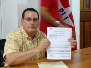 Alfredo Gutierrez muestra su isncripcion oficial como precandidato del PLI Foto Alexande Silva Vanegas/Radio Corporacion