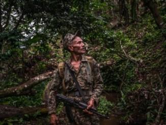 Un rebelde durante una entrevista en las montañas de Nicaragua. Credit Meridith Kohut para The New York Times.