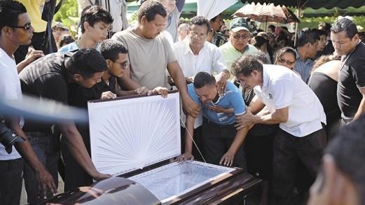 entierro de las victimas por el tiroteo que hizo la policia naci
