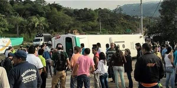 Diez niños y cinco adultos heridos en accidente de bus escolar