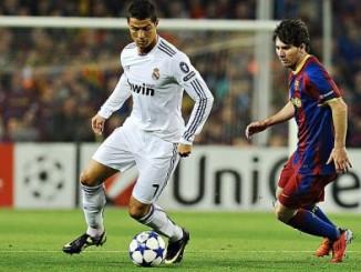 Cristiano y Messi, al ataque , en el campo de juego,