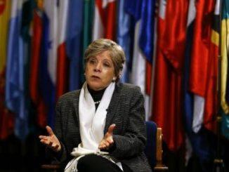 La secretaria ejecutiva de la Comisión Económica para América Latina y el Caribe (CEPAL), Alicia Bárcena, habla con los medios en Santiago, Chile