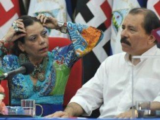 Daniel Ortega Saavedra con su esposa a la izquierda, Rosario Murillo Zambrana, en un acto público