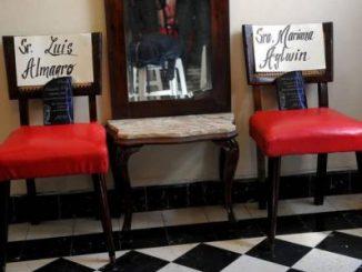 """El premio Oswaldo Payá """"Libertad y vida"""" otorgado al secretario general de la OEA, Luis Almagro, permaneció en una silla el miércoles 22 de febrero de 2017, en la Habana (Cuba) AFP"""
