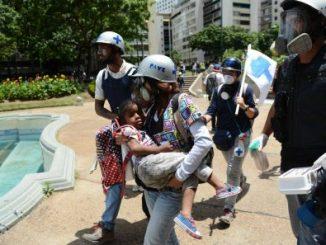 Una nila, alcanzada por el gas lacrimógeno en las protestas de Venezuela