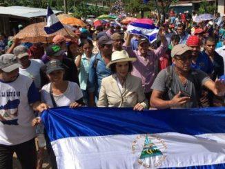 Bianca Jagger, marchando en contra de la Ley del Canal Interoceánico.