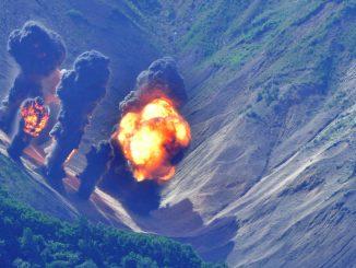 Foto/ Efectos de un bombardeo de precisión sobre un blanco de práctica en la provincia de Gangwon, a 150 kilómetros de la frontera con Corea del Norte (AFP)