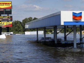 Una gasolinera sumergida en el agua tras el paso de la tormenta tropical Harvey en Rose City, EEUU, ago 31, 2017. REUTERS/Jonathan Bachman
