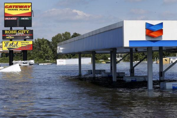 Una gasolinera sumergida en el agua tras el paso de la tormenta tropical Harvey en Rose City, EEUU