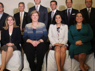 La presidenta de Amcham Maria Nelly Rivas, a la izquierda de la Embajadora de EEUU Laura Dogu. Cortesía / Radio Corporación