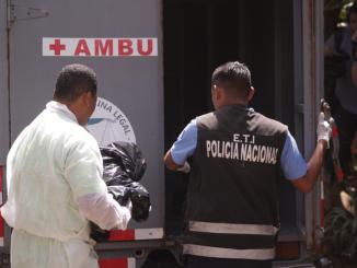 El momento en que Medicina Legal traslada el cuerpo del bebé. Foto: Tomada de El Nuevo Diario / Radio Corporación