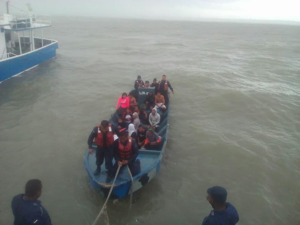 rescatan a naúfragos