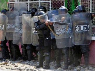 Policía Nacional reprimiendo