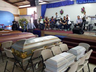 Los cuerpos de los 6 familiares durante el servicio religioso en una iglesia evangélica de Managua