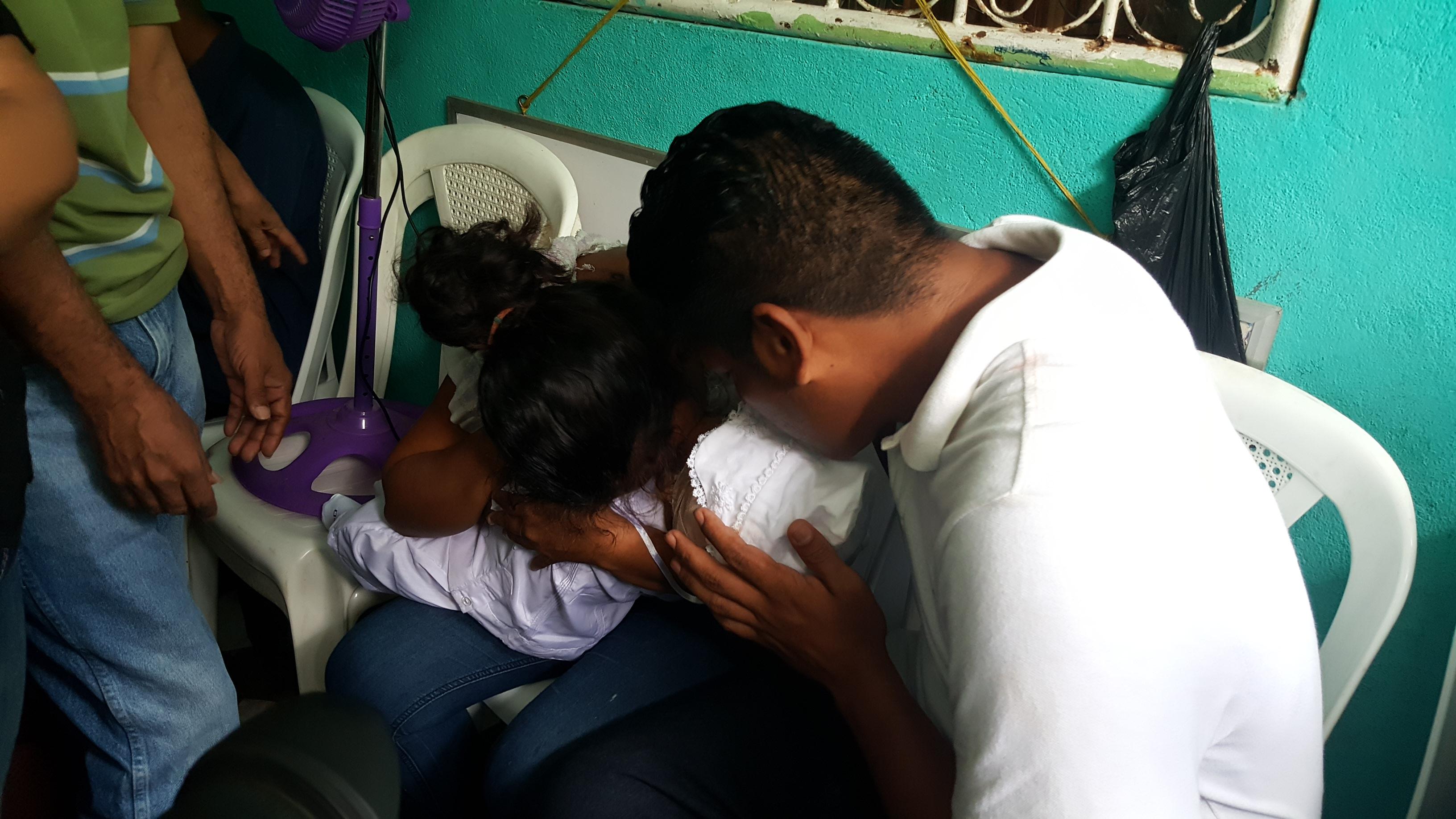 Karina Navarrete y Nelson Lorío cargan el cuerpo sin vida de su hijo Teyler Leonardo de 14 meses.