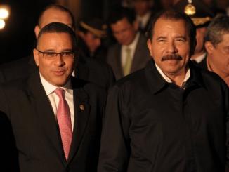 Mauricio Funes y Daniel Ortega (de izquierda a derecha respectivamente).