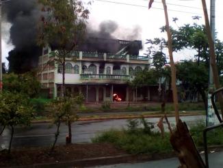 Paramilitares queman casa