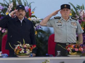 Daniel Ortega junto al jefe del Ejército de Nicaragua, Julio César Avilés