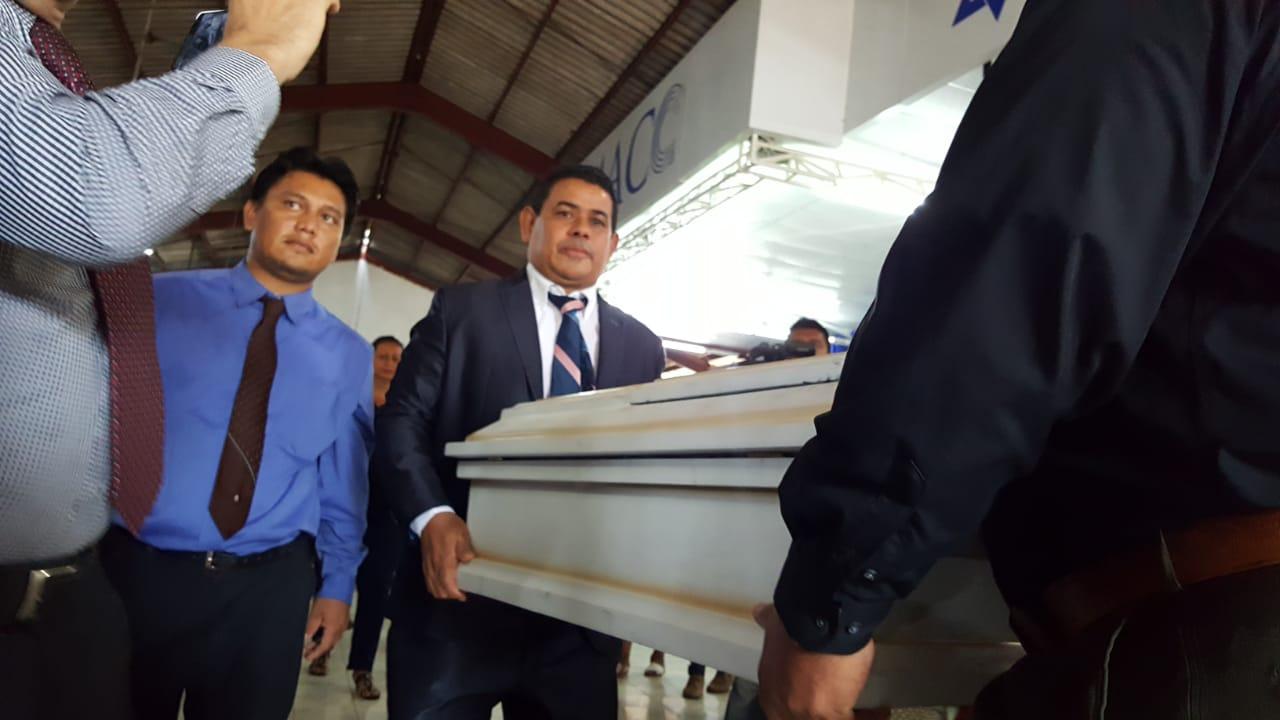 El pastor evangélico Augusto Marenco cargando el ataúd de uno de los niños asesinados