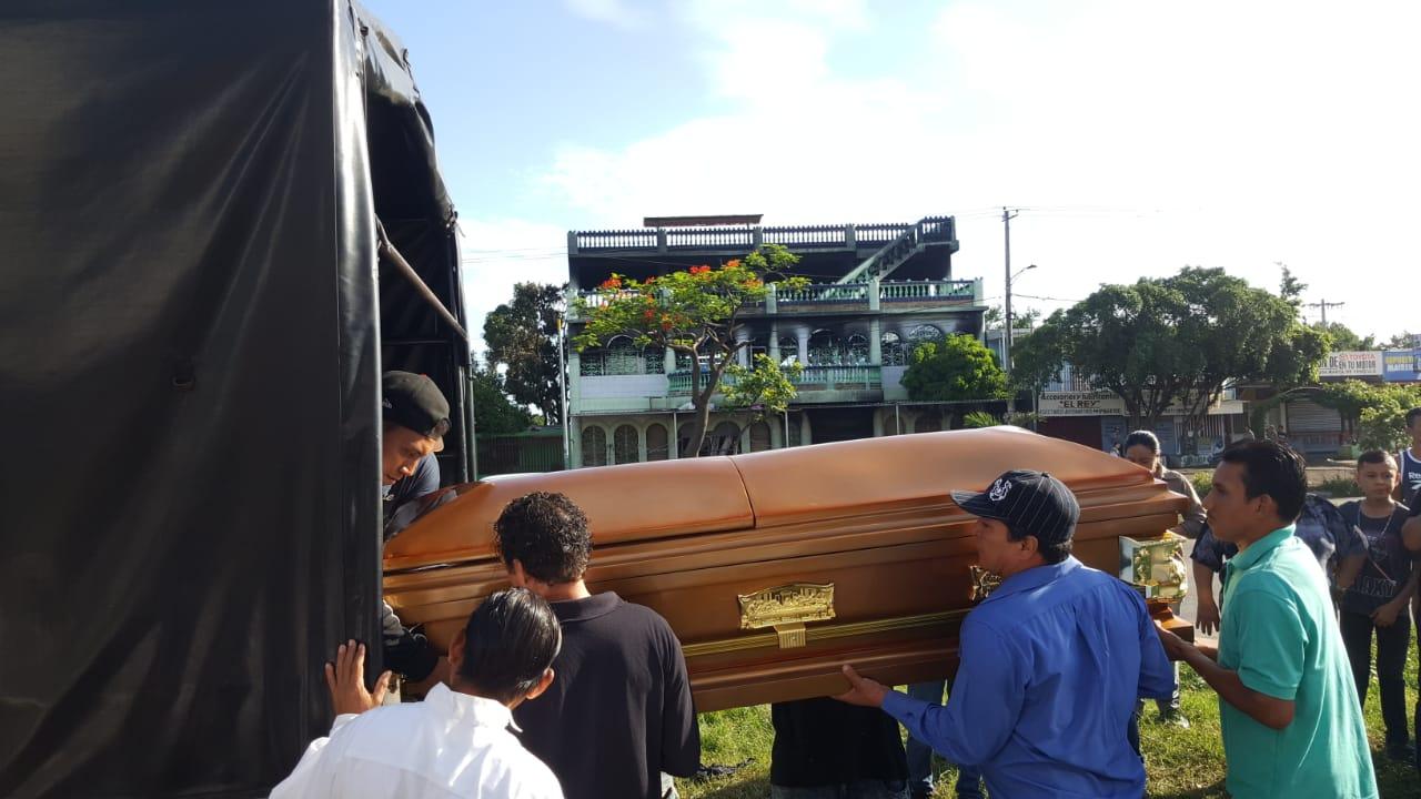 Momento en que el ataúd de una de las víctimas de los paramilitares era trasladado al cementerio. De fondo la casa de habitación donde murieron quemados otras 5 personas.