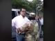 Momento en el que uno de los paramilitares requisa al politólogo Felix Maradiaga en la carretera hacia Matagalpa