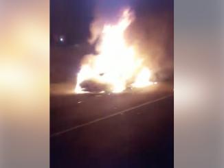 Paramilitares queman vehículo