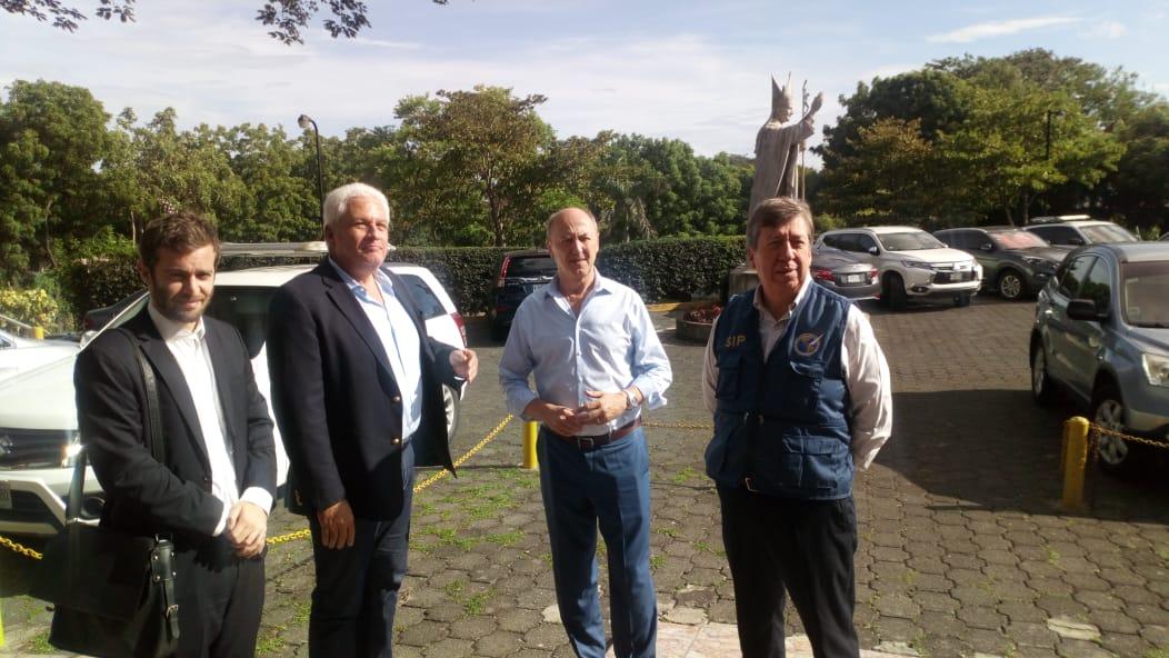 Miembros de la delegación de la Sociedad Interamericana de Prensa en las afueras de la parroquia Divina Misericordia en Managua
