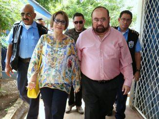 Roberto Rivas y su esposa