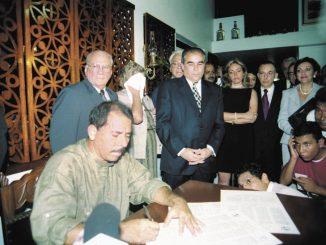 Candidatos a la presidencia, firman tratado ,Chapultepec con la SIP. En la foto Daniel Ortega estampando su firma en casa de doña Violeta,  julio 4 de 2001.  LA PRENSA