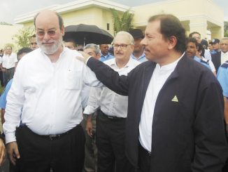 Daniel Ortega y Rafael Solis, se saludan en el sepelio del hijo de Lenin Cerna.Felix Cerna quien murio en accidente de transito la noche del domingo en la colonia Centroa America.31 de agosto del 2008.  Foto: LA PRENSA