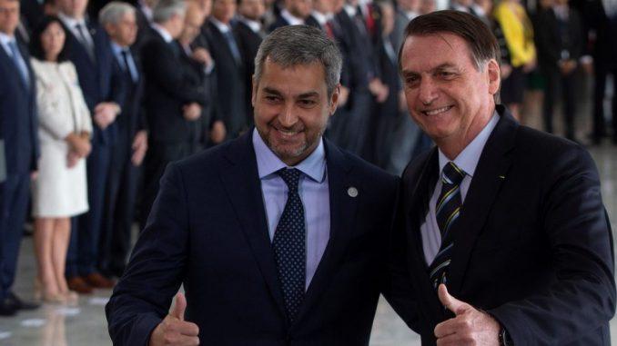 El presidente de Paraguay, Mario Abdo Benítez (i), es recibido por su homólogo de Brasil, Jair Bolsonaro