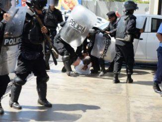 Policía Orteguista agrede a manifestantes y periodistas / La Prensa