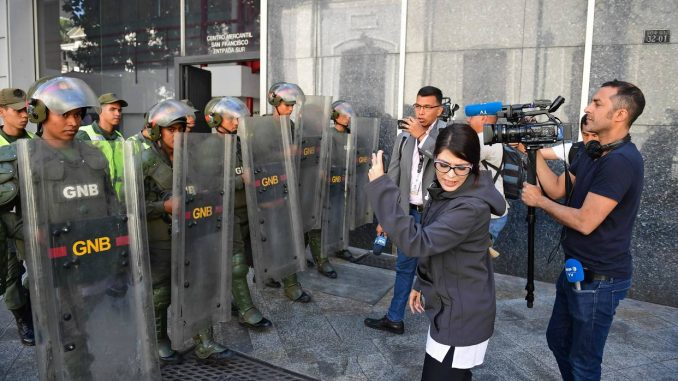 impide acceso a periodistas