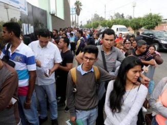 Venezolanos hacen fila para realizar sus trámites migratorios en Perú. Foto: REUTERS