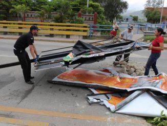 Empleados de la alcaldía de Tegucigalpa recogen escombros. Foto: Demo Ikuna