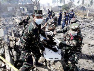 Soldados filipinos trasladan cadáver tras la explosión. Foto: La Razón/ Archivo