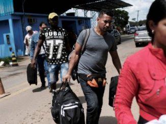 Inmigrantes venezolanos cruzan a Brasil en el paso fronterizo de Pacaraima, en noviembre de 2017. Foto: ARCHIVO/ Reuters