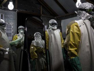 El personal médico que trata a las personas con ébola debe usar trajes de protección. Foto: El Colombiano