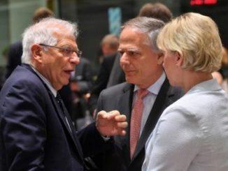 Josep Borrell (izq) habla con sus homólogos italiano, Enzo Moavero Milanesi, y sueca, Margot Wallstrom. Foto: AFP