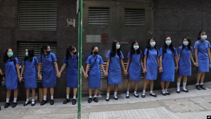 Estudiantes con máscaras