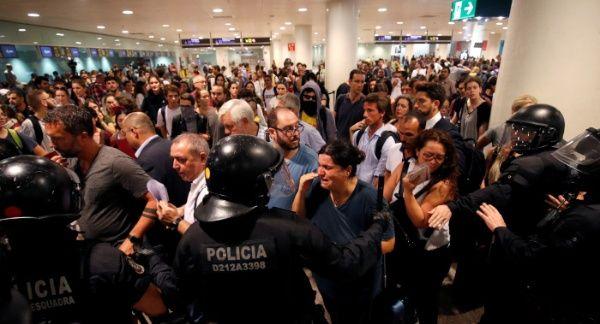 Manifestantes catalanes protestan en aeropuerto