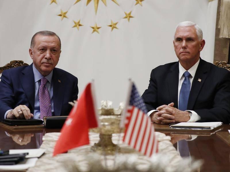 Recep Erdogan recibe a Mike Pence