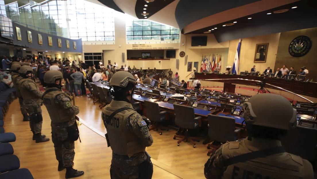 Militares en Asamblea de El Salvador
