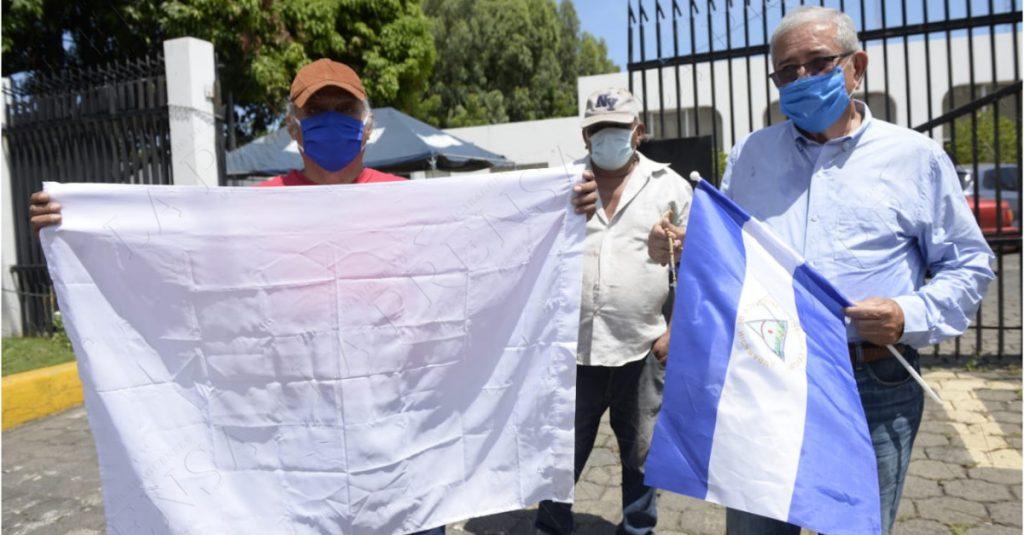 El consuegro de Ortega, José Dolores Blandino condenó el rápido actuar de la Policía Orteguista al actuar ante protesta frente a La Prensa.