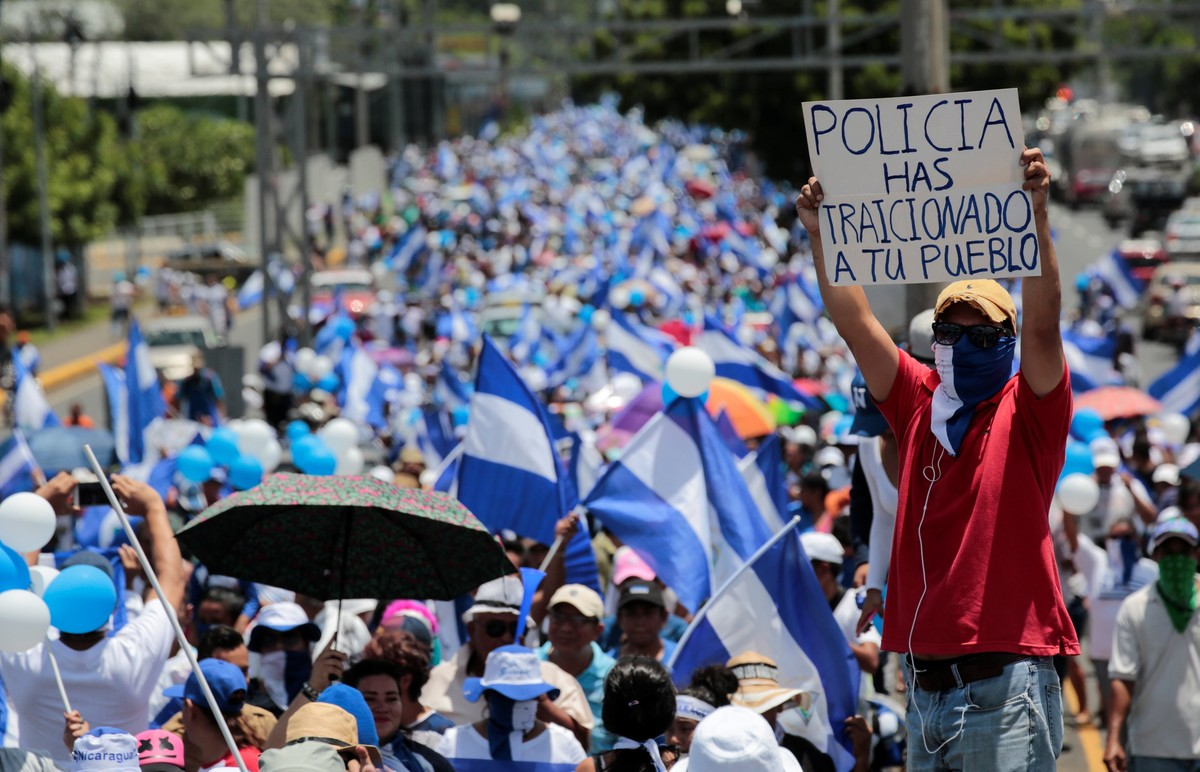 An anti-government protester holds a sign that reads «Police have betrayed your people» during a protest against Nicaraguan President Daniel Ortega's government in Managua