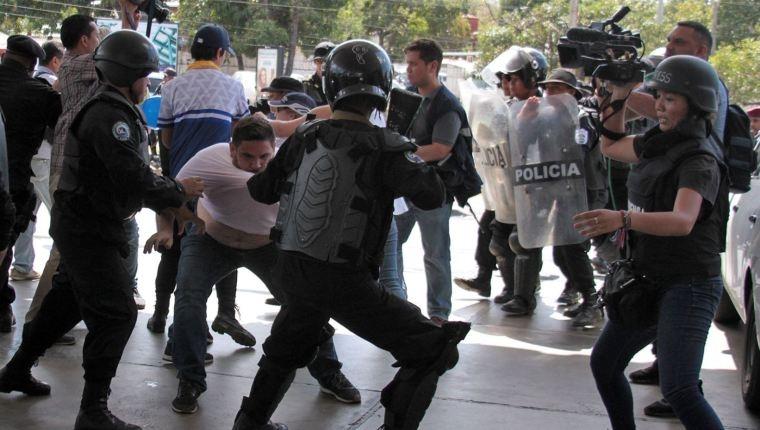 Policía-repliega-con-violencia-a-periodistas-que-cubren-protesta-en-Nicaragua-